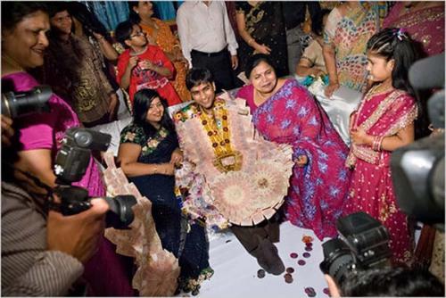 عروسة هندية تغير العريس في حفل الزواج وتتزوج أحد المدعوين