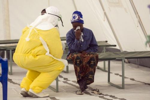 وضع نائب رئيس سيراليون في الحجر الصحي بعد وفاة أحد حراسه بمرض الإيبولا
