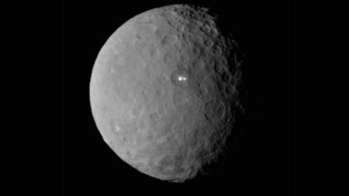 أضواء ساطعة على سطح كويكب تحير علماء ناسا وتثير التساؤلات