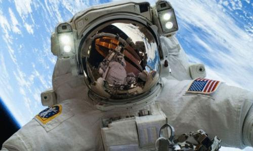 رائد فضاء يلتقط صورة سلفي تخطف الأنظار