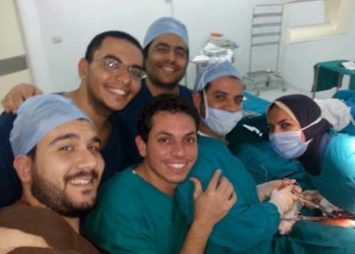 صورة سيلفي لأطباء أثناء عمل عملية جراحية تثير رواد مواقع التواصل الإجتماعي