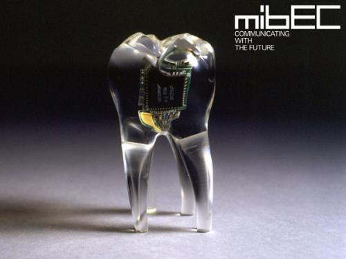 بريطانيا : فريق بحثي يخترع هاتف محمول يمكن زراعته في الفم داخل الأسنان