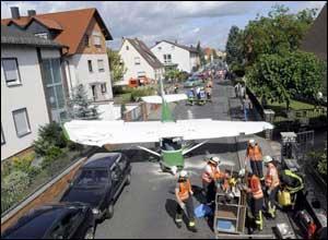 طيار ألماني يقوم بهبوط اضطراري في شارع
