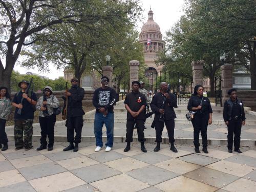 أمريكا : حزب للسود يقوم بمظاهرة مسلحة أحتجاجا علي عنف وعنصرية الشرطة