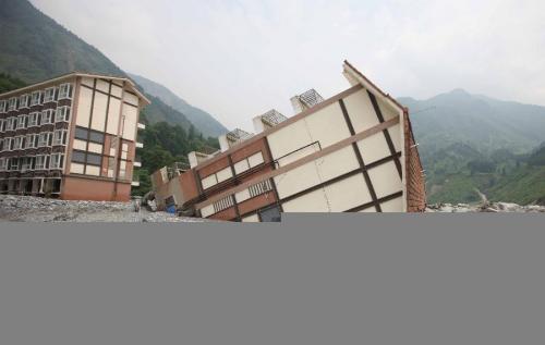 الصين : اﻷمطار الغزيرة تؤدي إلي إنجراف مبنى سكني مكون من عدة طوابق
