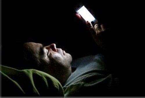 تحذر طبي من أضرار أستعمال الهاتف في الظلام والتي قد تؤدي للعمي