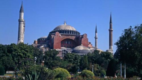 تركيا : رجل دين يرتل القرآن الكريم لأول مرة في مسجد تاريخي بعد 85 عام من المنع