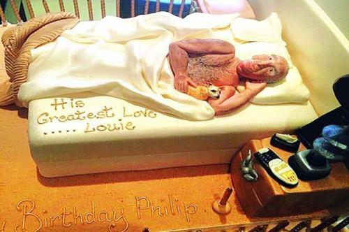 زوجة تهدي زوجها تورته لعيد ميلاده علي شكل تمثال له