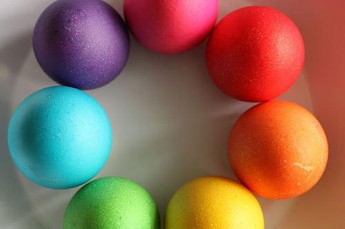 تعرف علي  المواد الطبيعية لتلوين البيض بصورة أمنة