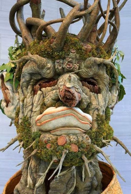 فنان ايطالي يصمم تمثال ذو شكل غريب ومميز من فروع الاشجار