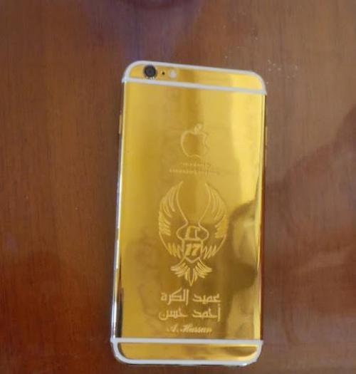 لاعب عربي شهير يحصل علي هاتف أيفون مصمم له خصيصاً من الذهب الخالص