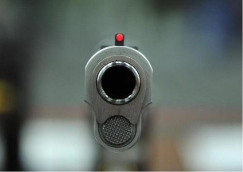 طفل أمريكي بالثانية من العمر يقتل نفسه بسلاح ناري