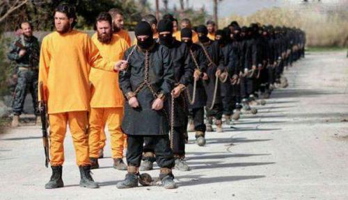 جماعة مسلحة تقتل جنود تابعين لداعش بنفس الطريقة التي يقتل بها رهائنه