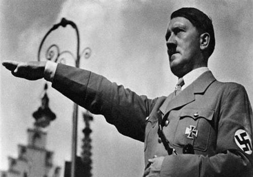 بيع مجموعة من كتب هتلر في صالة مزادات