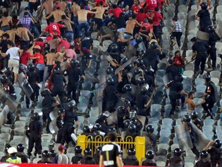 هتافات ضد النظام السابق  تقود إلي مواجهات في استاد القاهرة