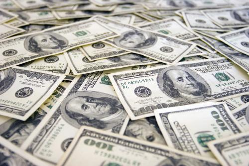 طالب يسرق من جده آلف الدولارات ليوزعها على أصدقائه في المدرسة