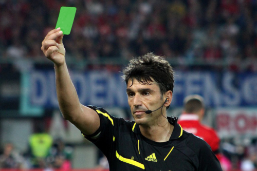 البطاقة الخضراء سلاح جديد لحكام كرة القدم