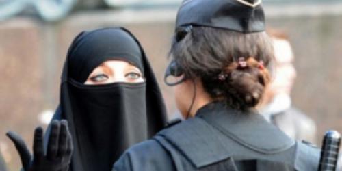 منقبة ذهبت للتسوق فهاجمتها فتاه فكشفت عن نقابها.. لتريها مفاجأة !