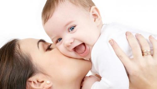 التواصل باللمس يساعد في نمو أدمغة حديثي الولادة