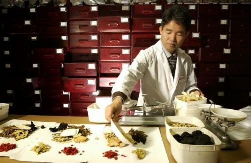 العلاج بالضرب واحد من أغرب طرق العلاج في الطب الصيني