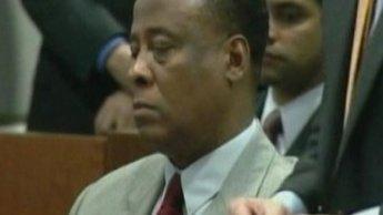 محامي طبيب مايكل جاكسون يلمح إلى احتمال انتحار نجم البوب