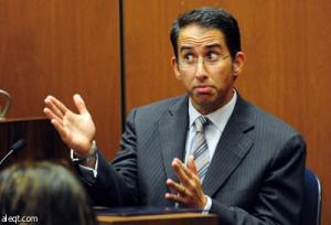خبير يوجه صفعة لطبيب مايكل جاكسون في المحكمة