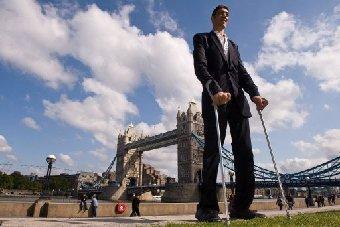 اطول رجل في العالم لا يزال يبحث عن نصفه الثاني