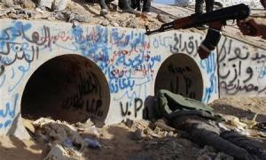 القذافي من القصور وحياة الملوك إلي اﻷختباء في ماسورة للصرف
