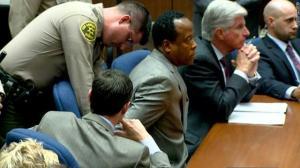 طبيب مايكل جاكسون يسجن بتهمة القتل غير العمد للمغني الراحل