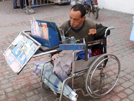مغربي يثور على إعاقته ويرسم بفمه