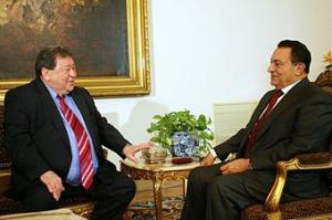 وزير الدفاع الإسرائيلي الاسبق يطالب عائلة مبارك إعادة 300 مليون دولار منحت لتغيير المناهج المصرية