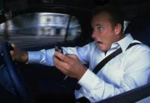 الشرطة الإيطالية تلقي القيض علي سائق يقود سيارته ويداه تمسكان بهاتفين