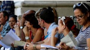 طوابير طويلة امام السفارات الاسبانية في دول امريكا اللاتينية للحصول على الجنسية