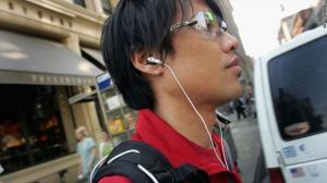 دراسة : اﻷستماع  للموسيقة من الهواتف تهدد حياة المارة