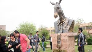 حزب الحمير في كردستان العراق يشيد تمثال لحمار للإعلان عن الحزب