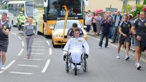 إنطفاء الشعلة الأولمبية أثناء حمل رياضي إنجلتري لها