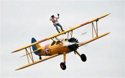 بريطاني تجاوز الـ80 من العمر يسير على أجنحة طائرة محلقة