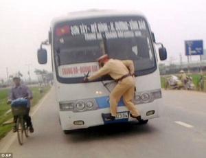 شرطي مرور يتشبث بسيارة مسرعة لتسجيل مخالفة